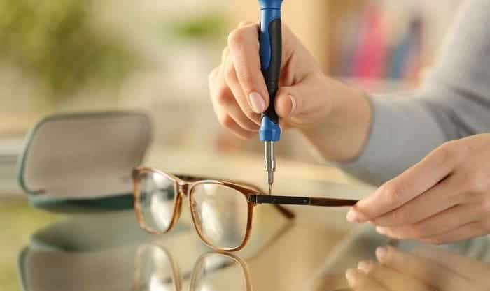 tighten-glasses-screws-without-screwdriver