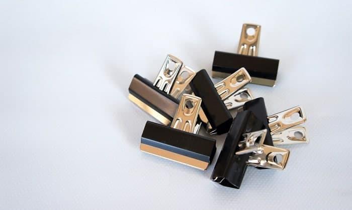 tightening-glasses-screws